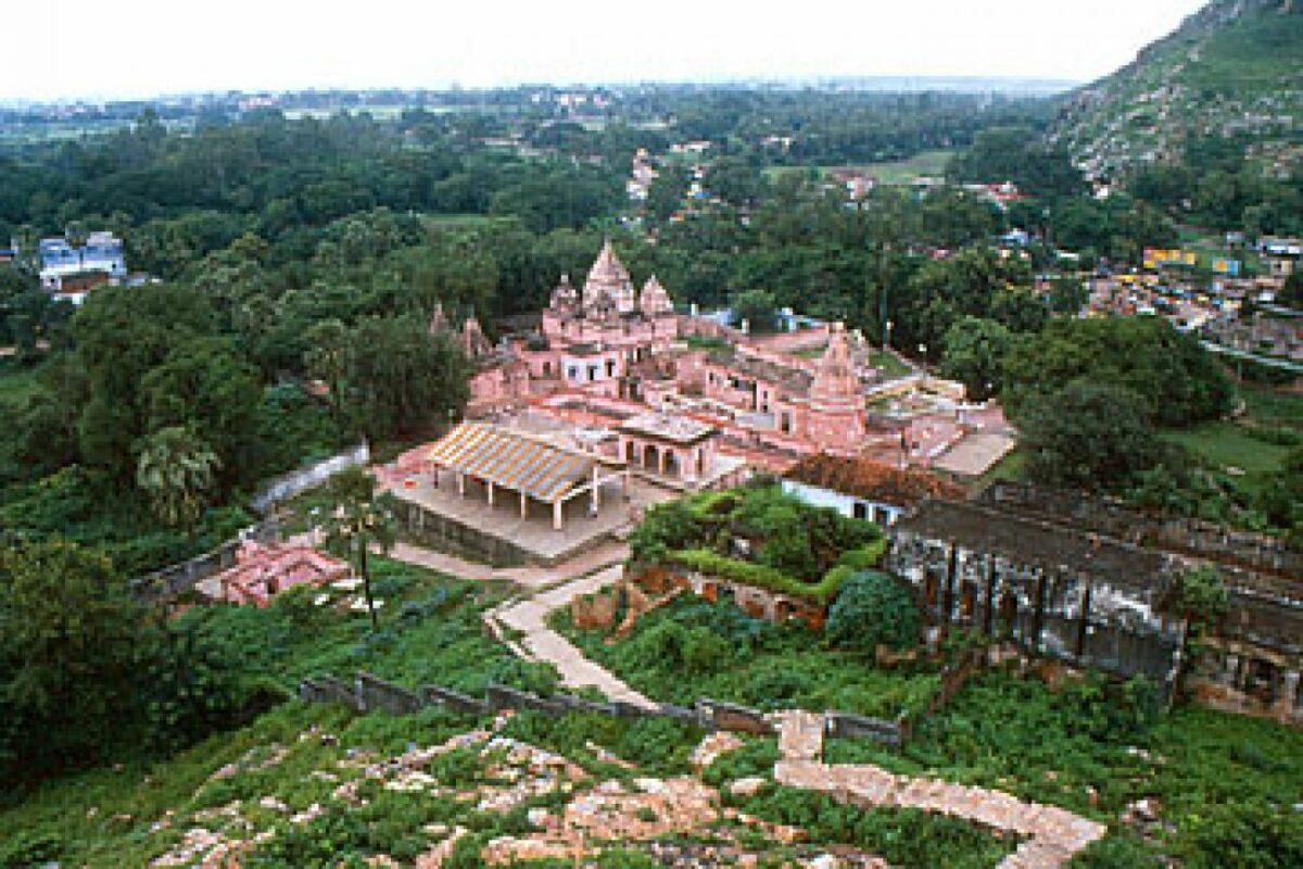 Индиска приказна за две соседни кралства и трите статуи